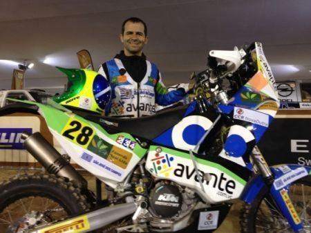Jean Azevedo posa ao lado da sua KTM 450
