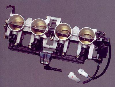 O conjunto de corpos borboleta com a denominação SDTV da Suzuki tem duplo sistema de válvulas para melhor atomização e adequação da mistura ar-combustível