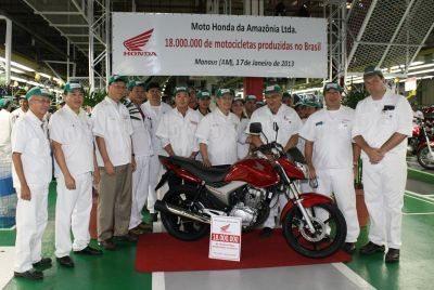 Foto comemorativa da moto número 18 milhões produzida no Brasil