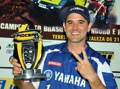 Guilherme Cascaes com o troféu do Piocerá 2013