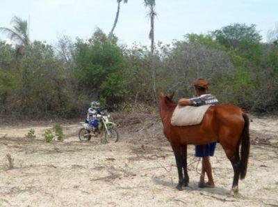 Sertanejo observa a passagem das motos