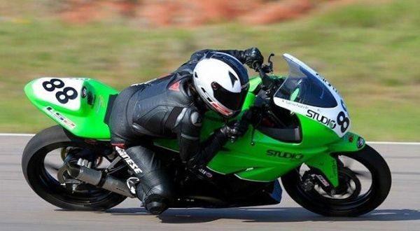 A piloto vai acelerar suas KX450F e Ninja 300 nos principais campeonatos de supermoto e motovelocidade do país