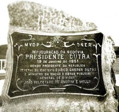 Placa alusiva à inauguração da Via Dutra