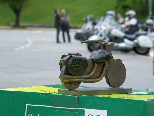 """Tite ganhou de um motociclista que teve sua moto roubada uma miniatura em aço: """"foi o que restou da minha moto"""", disse"""