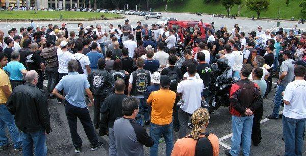 Tite fala aos motociclistas sobre as razões da manifestação e orienta sobre o roteiro