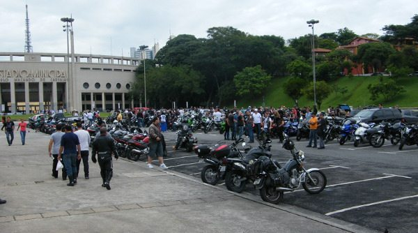 Manifestantes começaram a se reunir em frente ao estádio do Pacaembu