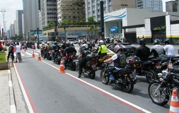 Manifestação nasceu da indignação de um motociclista e se espalhou pelo Facebook