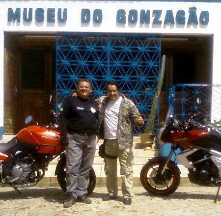Luís Sucupira e Ricardo Quinderé em frente ao Museu do Gozagão