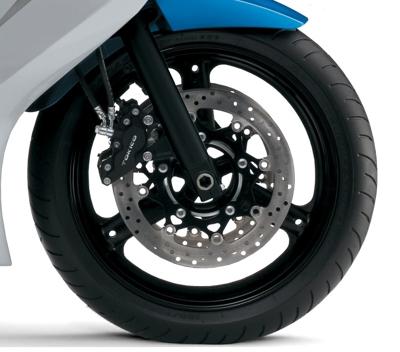 """Freios a disco tipicamente Suzuki: não tem aquela """"pegada"""", mas são bons, eficientes e confiáveis"""