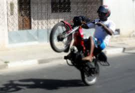 """Esta """"empinadinha"""" resulta em dez dias de recolhimento da moto"""