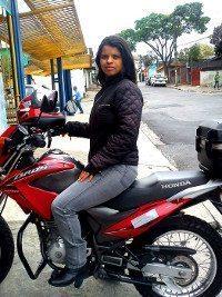 Kelly Cris é motogirl e trabalha só para executivos