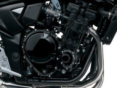 Motor de alta eficiência conta com a ótima administração da eletrônica; perto da alavanca de freio e acima do escapamento estão os pontos de fixação da barra removivel do berço duplo do chassi, item que pode vir a ser um ponto fraco ao longo da vida da moto, principalmente se não receber manutenção correta