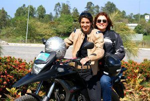 A candidata a vereadora por Guaratinguetá, Gabi Pedrosa, se utiliza da motocicleta para circular entre as cidades da região