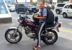 Priscila Santos na Av. Paulista. A personal trainer de 27 anos diz que não seria possível cumprir a agenda se não fosse a moto