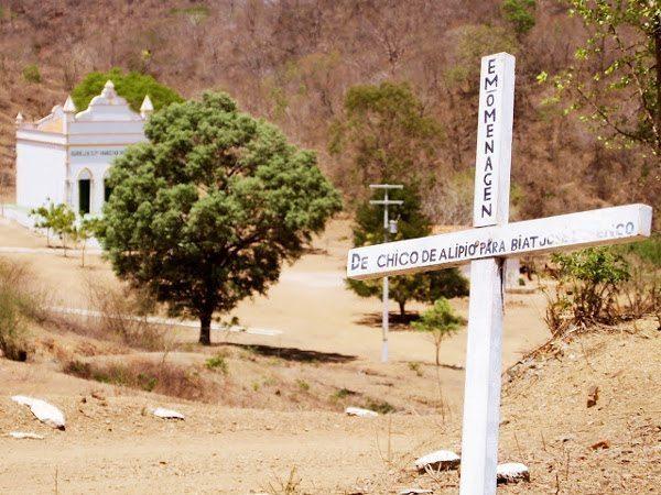 A chegada ao Caldeirão é pela colina onde ficava a casa do Beato; da residência restaram apenas as principais madeiras de sustentação; a capela ao fundo, reformada, mostra o desenvolvimento a que o lugar chegou