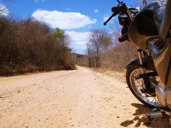 A estrada se estende diante da minha brava 125cc