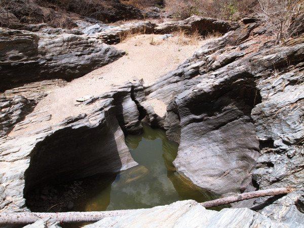 Água ainda se acumula no caldeirão de pedras