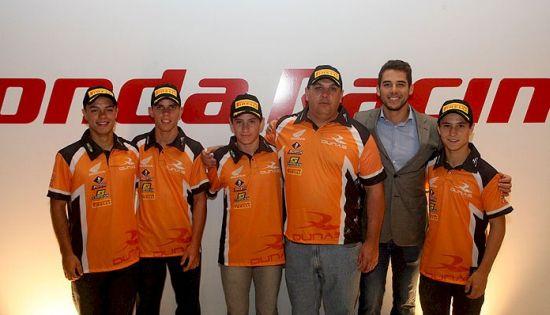 Pilotos da equipe Dunas na apresentação oficial do time, ao lado do chefe de equipe Marcos e de Lucas Moraes
