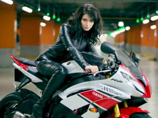 A superesportiva Yamaha YZF R6 fazendo dupla com linda Yuliya Snigir