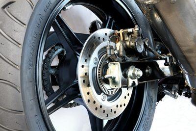 """Na CB300 os freios quando equipado com o ABS opcional também vem com o sistema """"combined"""" que aciona um pistão do freio dianteiro juntamente com o traseiro, equilibrando melhor a moto"""