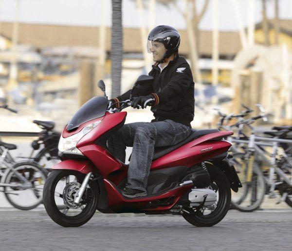 O Honda PCX 125 tem linhas atuais e mecânica avançada para uma performance sustentável