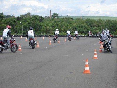 Além da teoria, os alunos recebem aulas praticas sobre pilotagem com segurança