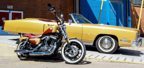 Cadillac 1972 e Harley-Davidson Sportster 883R
