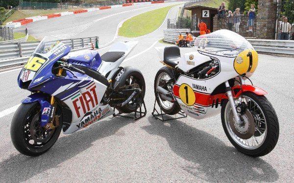 Duas motos campeãs separadas por 40 anos de tecnologia desenvolvida nas pistas