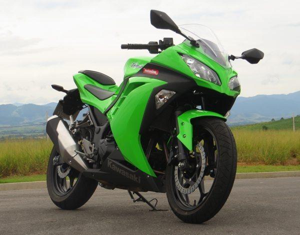 Nova frente, faróis, espelhos, enfim, roupa nova na Kawasaki Ninja 300