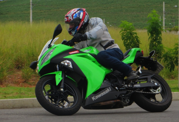 A Kawasaki Ninja 300 é nova em quase tudo
