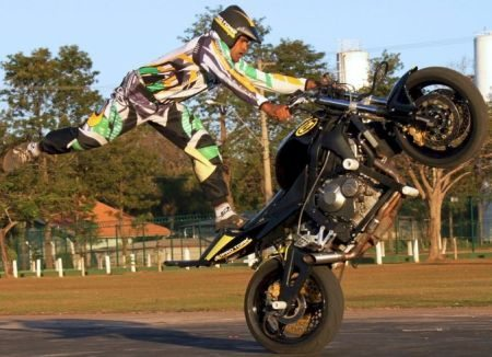 Manobras de arrepiar fazem parte do show da Cachorrão Moto Show