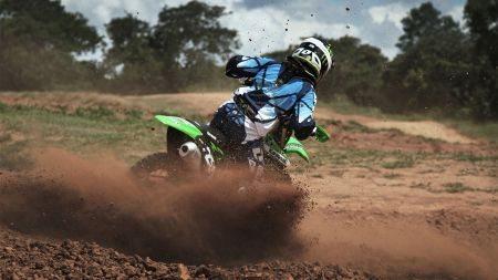 Cauê Aguiar participa de provas de motocross para ganhar resistência e velocidade necessárias nas provas de Enduro, que é o foco principal do piloto