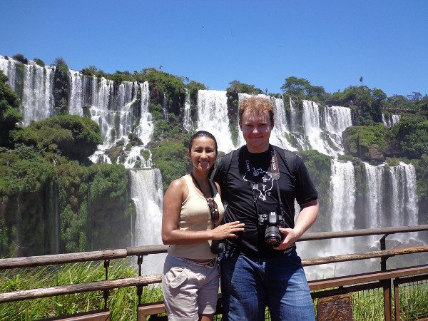 O casal nas Cataratas do Iguaçu