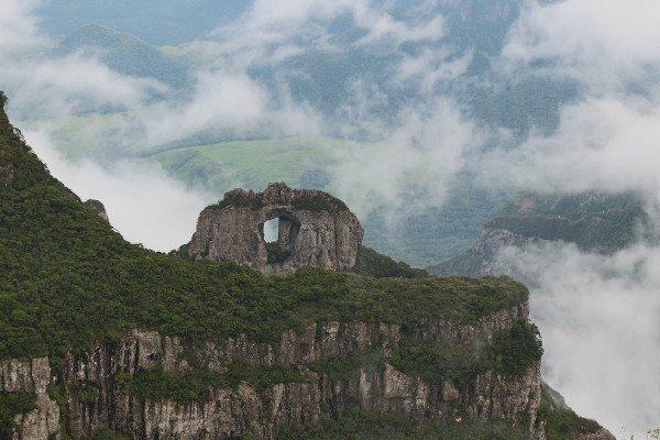 Morro da Igreja e a sua Pedra Furada