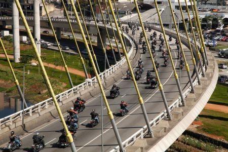Motos Harley-Davidson na Ponte Estaiada em São Paulo