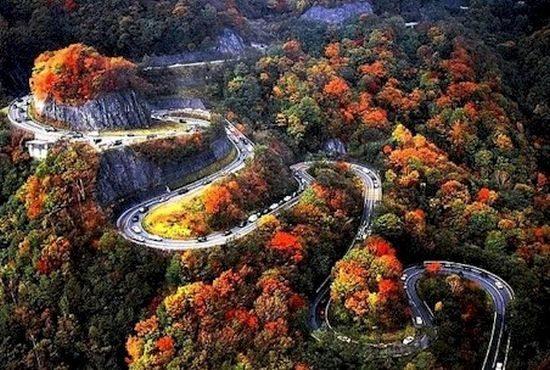 A estrada Iroha-Zaka liga a cidade de Nikko ao Lago Chuzenji