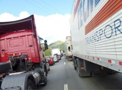 Em razão de obras no Km 43 da BR-116 no Paraná, mais de trinta quilômetros de  trânsito parado