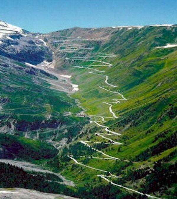 Passagem de Stelvio: vista aérea do trecho de subida da montanha