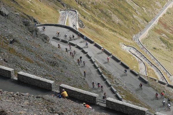 Anualmente, no final de agosto, a estrada é trancada para o tráfego de veículos motorizados, quando é invadida por milhares de ciclistas