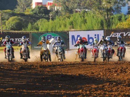 O clima foi um grande adversário dos competidores na prova de Velocross realizada na cidade paranaense da Lapa no último domingo (24)