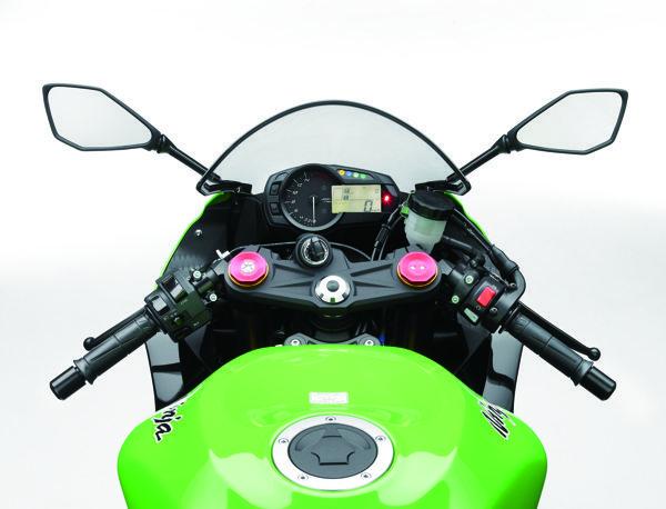 Conta-giros analógico que atinge 18 mil RPM e o display digital com velocímetro, odômetros, indicador de marcha, consumo de combustível médio e instantâneo e shift-light