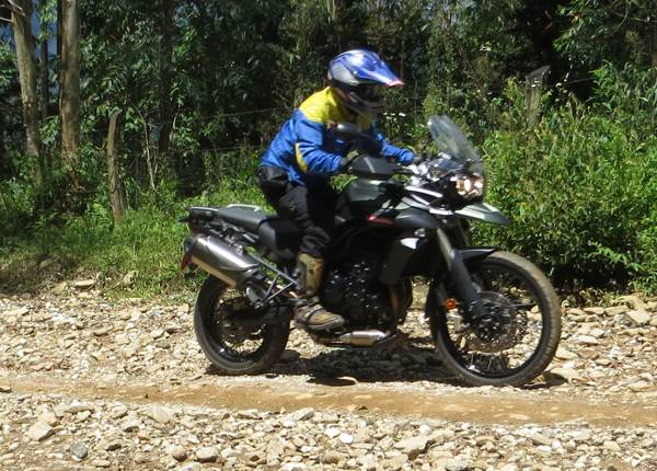 Moto competente no off-road com destaque da suspensão e grande torque do motor