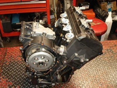 Motor derivado do da YZF R6 que recebeu modificações para ser mais versátil e econômico