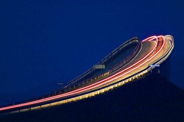Visão noturna da ponte mais alta da Atlantic Road