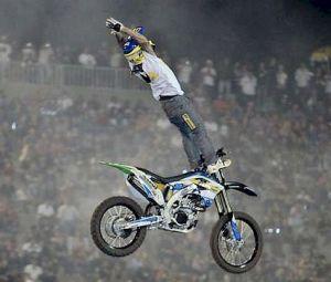 Marcelo Simões executando a manobra Cliff Hanger no Barretos Motorcycles 2012