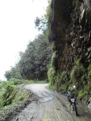 Combinação fatal: pista estreita, paredões rochosos, piso permanentemente molhado e profundos precipícios - by Marcelo Gubert