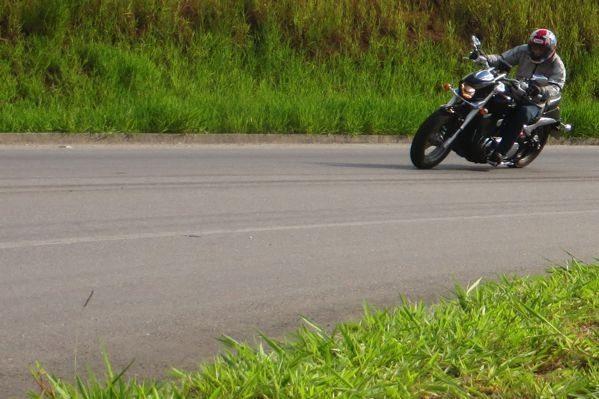 M800 nas curvas, vai bem até o limite das pedaleiras - normal numa custom