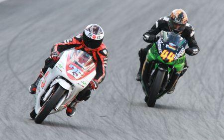 Na GPR 250, a mais nova categoria do Moto 1000 GP, quem puxa a fila é Igor Calura