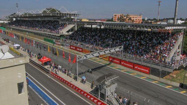 Público lota as arquibancadas do Autódromo de Interlagos, durante etapa do SuperBike Series Brasil