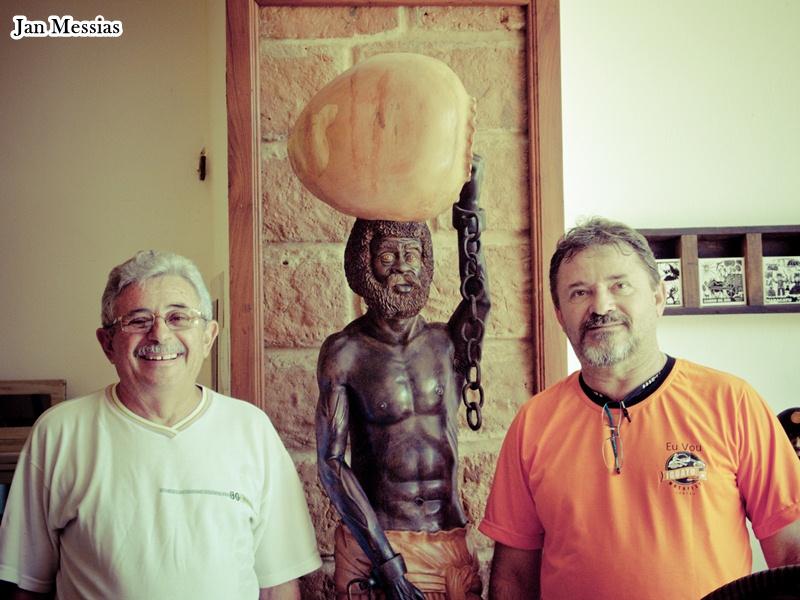 O empresário Luiz Gonzada Teixeira e Wgerles Maia no casarão restaurado; ao fundo uma memória de como eram as paredes